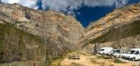 La paret de Terradets des de la font de les Bagasses, el congost al que dona nom divideix els Montsec d'Ares i el de Rúbies.  Esta just entre les comarques de la Noguera al sud i el Pallars Jussà al nord.