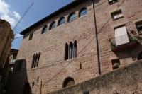 Casal Graells.  Casal gòtic dividit en una planta i dos pisos que esdevé paradigma de l'arquitectura civil pròpia dels estaments benestants d'època medieval en la vila de Cardona, els seus orígens daten dels segles XII-XIV.