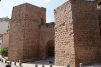 El portal major de Graells o de Santa Maria. Donava entrada i sortida als vianants que venien i anaven a Solsona, Vall de Lord, Sant Llorenç de Morunys, la Seu, Serrateix, Berga, Puigcerdà i la Cerdanya.