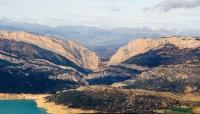 Congost de Monrebei de la serralada del Montsec, vist des de l'aire amb la Ribagorça i el Pirineu al fons