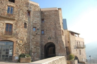 L'Oficina de Turisme de Súria es troba situada en una antiga casa, al recinte d'origen medieval del 'Poble Vell'. L'edifici, anomenat cal Balaguer del Porxo, també acull el Centre Cultural del poble, on es realitzen exposicions temporals de diferent temàtica, conferències, xerrades,...