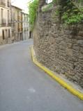 C/ Manresa, el principal del poble.  La vorera de la dreta, encara que només hi hagi un mur (una finca), no té la reglamantaria amplada,  per declararse transitable. Caldria ampliar fins el 1,20 m.,  declarat LEGAL.