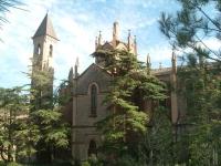 Façana del conjunt monumental de la colònia Pons 'Catedral de l'Alt Llobregat'. Aquest edifici acull l'oficina de turisme i el Centre d'Interpretació de l'Església de Cal Pons.     93 838 06 59   www.parcfluvial.cat