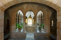 Antic Hospital de Montblanc  visió interior amb el claustre