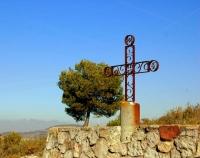 Creu de les Gunyoles del Penedes, muntanya de Montserrat al darrera.
