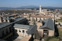 Vista de la facultat de Lletres de la UdG, antic convent de Sant Domènec; i de la catedral de fons. Foto presa des de la muralla.