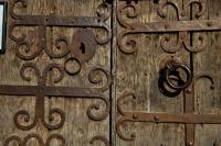 Detall de la portal de l'Església de Sant Cosme i Sant Damià de Queixans
