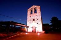 Església de Sant Cosme i Sant Damià de Queixans amb il·luminació nocturna