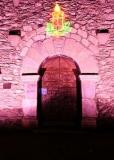 Entrada de l'Església de Sant Cosme i Sant Damià de Queixans amb il·luminació nocturna