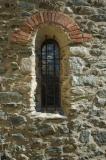 Detall d'una finestra exterior de l'Església Sant Esteve de Les Pereres