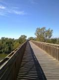 Pasarela sobre el riu La Muga a Empuriabrava, dins la Ruta dels Estanys al Parc Natural dels Aiguamolls