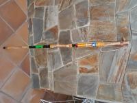 Pal de fusta de castanyer disseynat i pintat a ma amb corda de cuir, Maria Lluisa es dedica a pintar pals de caminar i senderisme, podeu veure els seus travalls a Facebook e instagram com Poppygarden