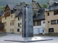monument d'Aran per sa lengua davant de l'edifici del Govèrn d'Aran