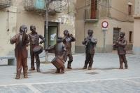 Plaça Major: Grup escultòric en homenatge al grup musical 'Baliga-Balaga', animadors de les festes del poble
