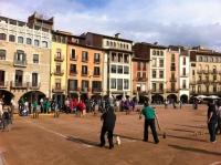 La plaça de Vic, un diumenge al mati jugant a Bitlles Catalanes