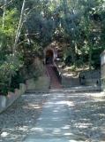 amunt de les escales hi ha una petita cova amb una font