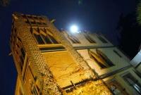 Il·luminació exterior del restaurant, a la nit.
