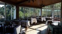 Menjador exterior amb vista panoràmica del parc de Sant Llorenç del Munt i l'Obac